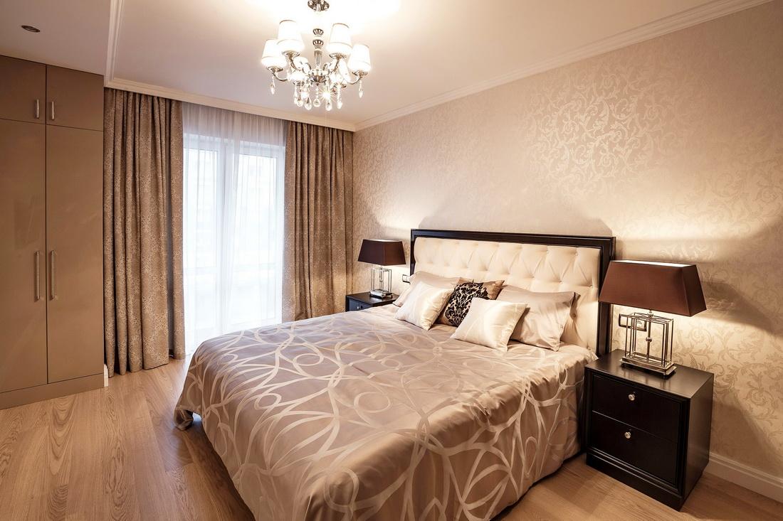 Оформление спальни с кроватью с мягким изголовьем